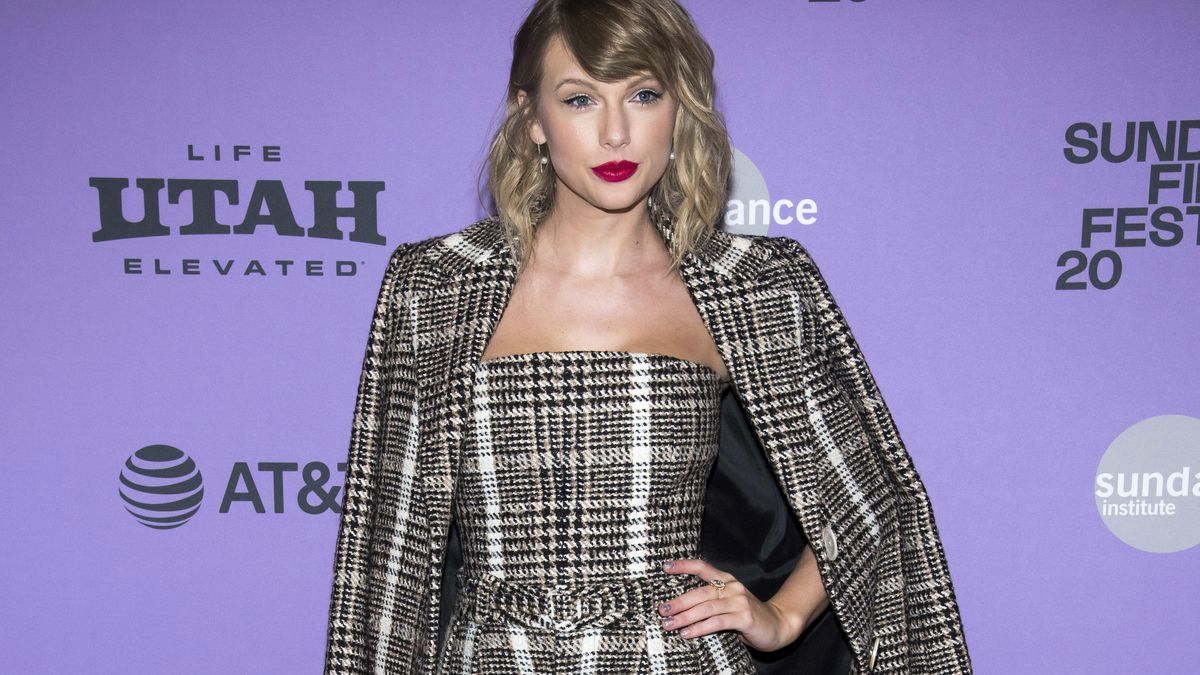 Taylor Swift surprises some fans with cash donations
