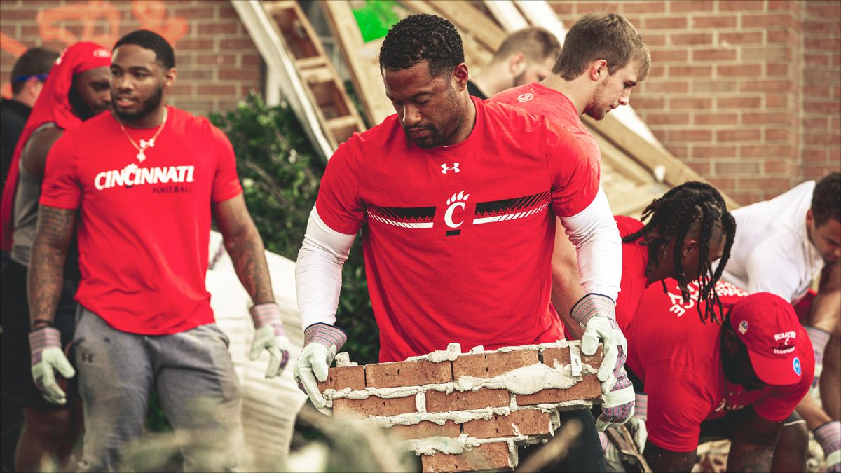 Dayton native Marcus Freeman, Cincinnati Bearcats football team join cleanup effort